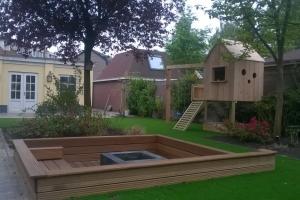 Tuin met zitkuil en kunstgras