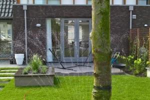 Moderne tuin met verhoogde bakken