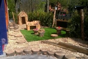 houten speeltoestellen en huisjes bij Kinderdagverblijf Driebergen.jpg