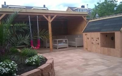 Tuinaanleg met overkapping en speelhuis voor de kinderen